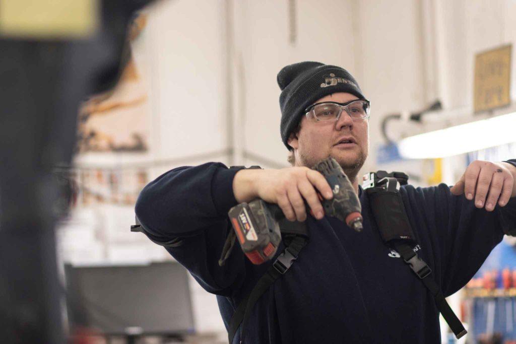 Håndværker med boremaskine og shoulderX exoskelet til byggebranchen